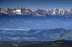 Picchi di Snowy Tatra, valli verdi e colline in primavera Slovacchia Fotografie Stock