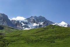 Picchi di Wengen Jungfrau e di Jungfrau delle alpi svizzere sul modo a Kleine Scheidegg Immagine Stock Libera da Diritti