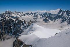 Picchi e alpinisti di Snowy, osservati da Aiguille du Midi, vicino a Chamonix-Mont-Blanc Fotografia Stock