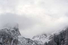 Picchi e catene montuose di Snowy e con le nuvole e la foschia nell'inverno in alpi austriache in Stubai Fotografie Stock Libere da Diritti