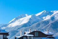 Picchi e cielo blu di montagne con il fondo delle nuvole Fotografia Stock Libera da Diritti