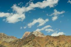 Picchi e cielo di montagna Fotografia Stock