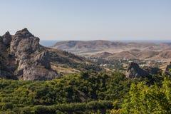Picchi e colline di montagna nei precedenti del mare Fotografia Stock Libera da Diritti