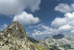 Picchi e nubi di montagna Fotografie Stock Libere da Diritti