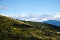 Picchi e pendii delle montagne carpatiche Fotografia Stock Libera da Diritti