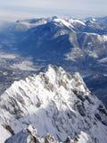 Picchi e valle alpini di inverno Immagini Stock Libere da Diritti