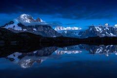 Picchi innevati delle alpi francesi che si rispecchiano nei laghi Cheserys Fotografie Stock Libere da Diritti