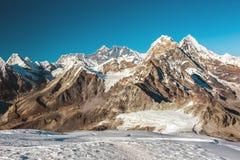 Picchi maestosi della vista centrale dell'Himalaya Immagini Stock Libere da Diritti