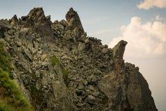 Picchi in montagne rumene immagine stock