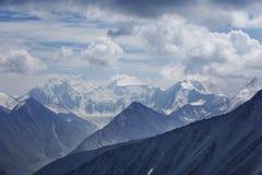 Picchi nevicati della montagna di Beluha, Altai Immagine Stock
