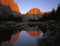 Picchi rocciosi e un fiume ad alba fotografia stock