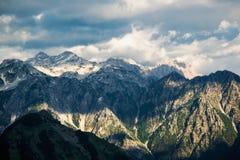 Picchi rocciosi nevosi sbalorditivi nelle alpi albanesi Immagini Stock Libere da Diritti
