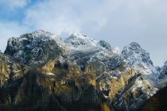 Picchi rocciosi nevosi sbalorditivi nelle alpi albanesi Immagine Stock