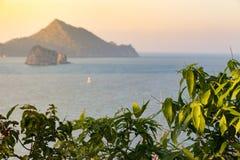 Picchi scoscesi e linea costiera rocciosa della Tailandia del sud nel Ind Fotografia Stock