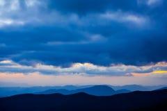 Picchi stratificati con il paesaggio drammatico delle nuvole fotografie stock libere da diritti