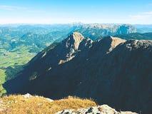 Picchi taglienti delle alpi, rocce senza gente Vista sopra le rocce alpine sopra i vallyes profondi all'orizzonte lontano Fotografie Stock Libere da Diritti
