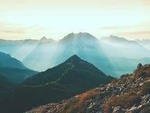 Picchi taglienti delle alpi, rocce senza gente Vista sopra le rocce alpine sopra i vallyes profondi all'orizzonte lontano Fotografia Stock