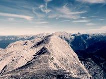 Picchi taglienti delle alpi, rocce senza gente Vista sopra le rocce alpine sopra i vallyes profondi all'orizzonte lontano Immagini Stock Libere da Diritti