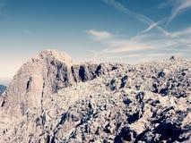 Picchi taglienti delle alpi, rocce senza gente Vista sopra le rocce alpine sopra i vallyes profondi all'orizzonte lontano Fotografia Stock Libera da Diritti