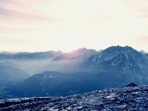 Picchi taglienti delle alpi, rocce senza gente Vista sopra le rocce alpine sopra i vallyes profondi all'orizzonte lontano Immagine Stock