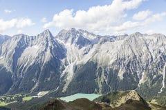 Picchi, valle e lago di montagna in alpi italiane Fotografia Stock Libera da Diritti