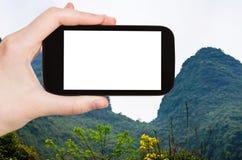 picchi verdi di morfologia carsica dei photograps turistici in Yangshuo Fotografia Stock