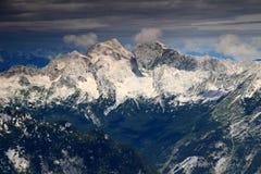 Picchi vigorosi di Mangart e di Jalovec e abetaie, Julian Alps Fotografie Stock Libere da Diritti