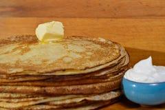 Picchiettio di burro di fusione su un mucchio dei pancake immagine stock libera da diritti