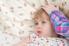 Picchiettio malato del bambino sulla testa fotografie stock libere da diritti
