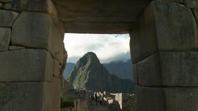 Picchu de Huayna quadro por uma entrada de pedra no picchu do machu vídeos de arquivo