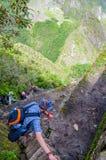 PICCHU DE MACHU, CUSCO, PERÚ 4 DE JUNIO DE 2013: Montaña turística de Huayna que sube Picchu para la mejor vista panorámica de Ma Imagen de archivo
