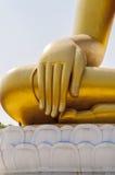Piccione due ombreggiato nell'ambito della mano della statua di immagine di Buddha Fotografia Stock