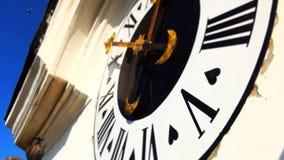 Piccione sotto l'orologio della chiesa archivi video