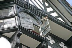 Piccione sulla finestra aperta in vecchia costruzione a Chester Fotografie Stock Libere da Diritti