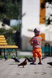 Piccioni d'alimentazione del ragazzo Fotografia Stock Libera da Diritti