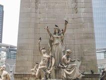 Piccioni sulla statua a Columbus Circle immagine stock libera da diritti