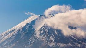 Picco alto chiuso della montagna di Fuji con la nuvola coperta sulla cima Fotografia Stock Libera da Diritti