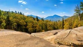 Picco del Algonquin guardando dalla traccia di escursione di Mt Marcy Immagini Stock Libere da Diritti