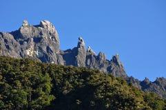 Picco del Monte Kinabalu visto da lontano Immagini Stock