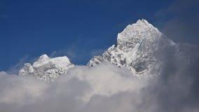 Picco del Mt Thamserku circondato dalle nuvole Immagine Stock