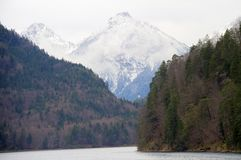 Picco della copertura di neve con il lago Fotografia Stock