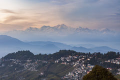 Picco della gamma di Kanchenjunga dopo il tramonto con la città di Darjeeling Fotografia Stock Libera da Diritti