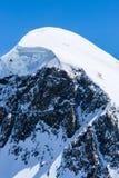 Picco della montagna nevosa dalle alpi svizzere Immagini Stock