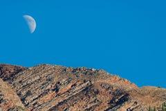 Picco della sommità della montagna e della luna Fotografie Stock Libere da Diritti