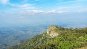 Picco di alta montagna con il paesaggio della montagna alla foresta tropicale Immagine Stock