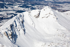 Picco di alta montagna coperto di neve nell'inverno Fotografie Stock
