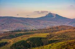Picco di alta montagna dietro le colline Immagine Stock Libera da Diritti