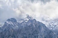 Picco di alta montagna in nuvole, alpi bavaresi Immagini Stock