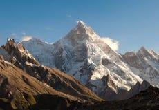 Picco di Masherbrum dal campeggio di Goro II durante il viaggio del campo base K2 immagine stock libera da diritti