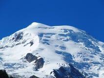 Picco di MONT BLANC del paesaggio alpino della gamma di montagne nelle ALPI francesi di bellezza vedute da Aiguille du Midi a CHA Immagine Stock